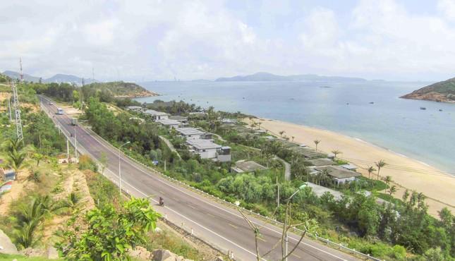 Cận cảnh 2 khu nghỉ dưỡng vừa bị thổi phạt dọc bờ biển Quy Nhơn ảnh 1