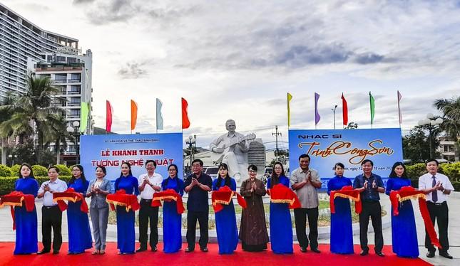 Khánh thành tượng nhạc sĩ Trịnh Công Sơn bên bờ 'Biển nhớ' Quy Nhơn ảnh 1