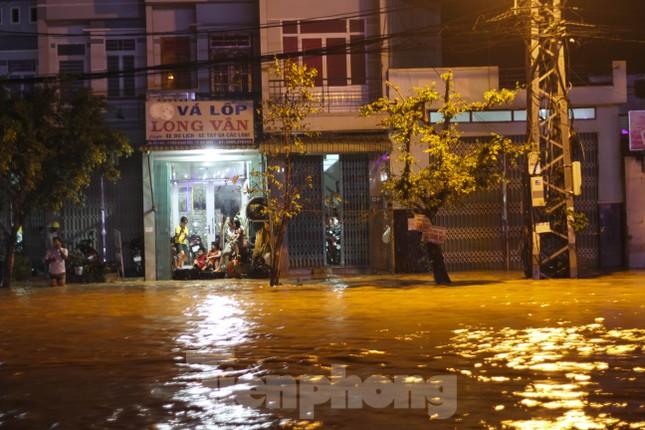 Lũ xuống bất ngờ, xe cộ 'bơi' trong biển nước ở TP Quy Nhơn ảnh 8