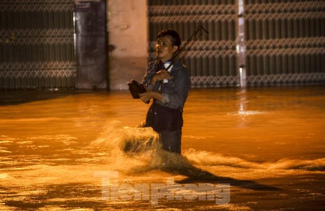 Lũ xuống bất ngờ, xe cộ 'bơi' trong biển nước ở TP Quy Nhơn ảnh 2