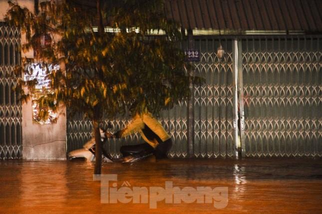 Lũ xuống bất ngờ, xe cộ 'bơi' trong biển nước ở TP Quy Nhơn ảnh 3