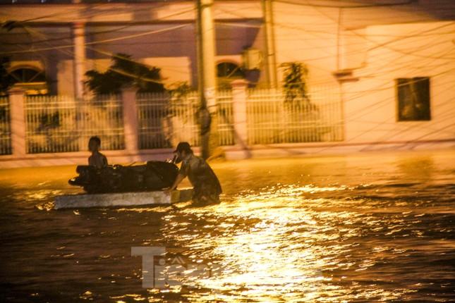 Lũ xuống bất ngờ, xe cộ 'bơi' trong biển nước ở TP Quy Nhơn ảnh 5