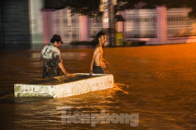 Lũ xuống bất ngờ, xe cộ 'bơi' trong biển nước ở TP Quy Nhơn ảnh 6