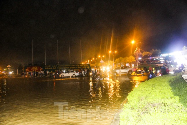 Lũ xuống bất ngờ, xe cộ 'bơi' trong biển nước ở TP Quy Nhơn ảnh 11