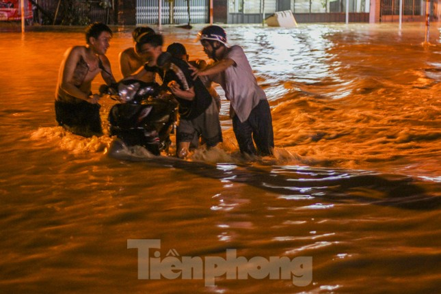 Lũ xuống bất ngờ, xe cộ 'bơi' trong biển nước ở TP Quy Nhơn ảnh 4