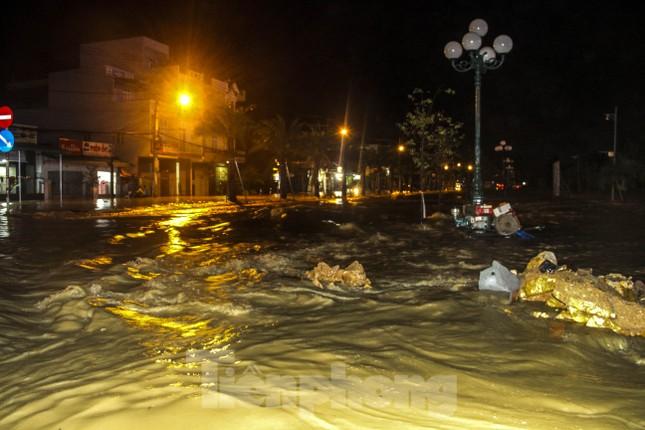Lũ xuống bất ngờ, xe cộ 'bơi' trong biển nước ở TP Quy Nhơn ảnh 1