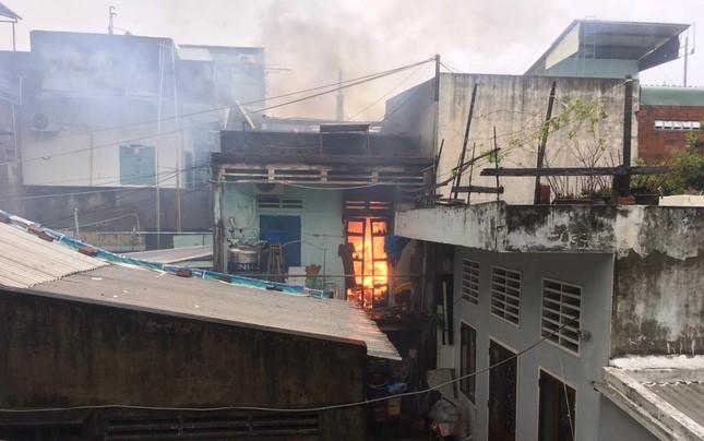 Cháy nhà dân dữ dội trong gió bão ảnh 1