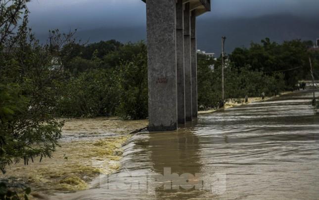 Lũ dâng nhanh, đường phố Quy Nhơn thành sông, hơn 500 hộ dân bị ngập ảnh 8