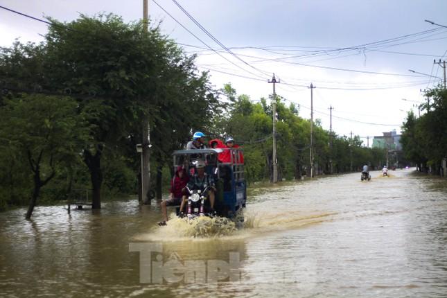 Lũ dâng nhanh, đường phố Quy Nhơn thành sông, hơn 500 hộ dân bị ngập ảnh 2