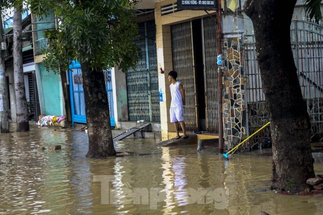 Lũ dâng nhanh, đường phố Quy Nhơn thành sông, hơn 500 hộ dân bị ngập ảnh 11