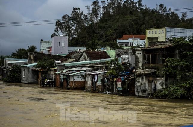 Lũ dâng nhanh, đường phố Quy Nhơn thành sông, hơn 500 hộ dân bị ngập ảnh 6