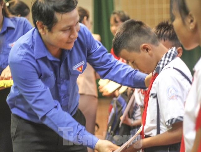 Trao học bổng cho học sinh dân tộc thiểu số, con em gia đình ngư dân khó khăn ảnh 1