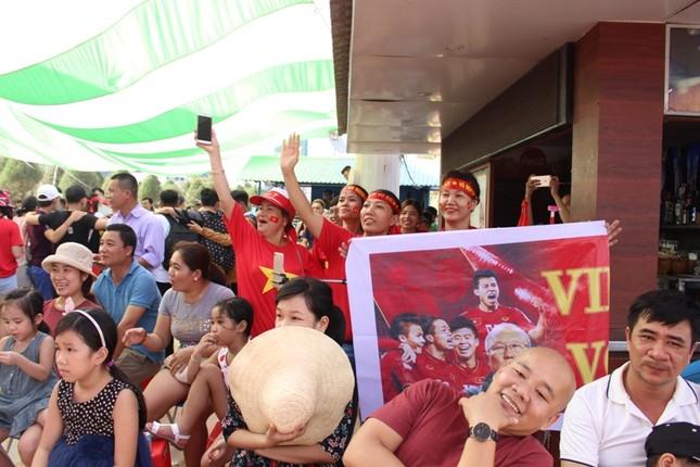 CĐV Đà Nẵng đội nắng cổ vũ Olympic Việt Nam ảnh 2