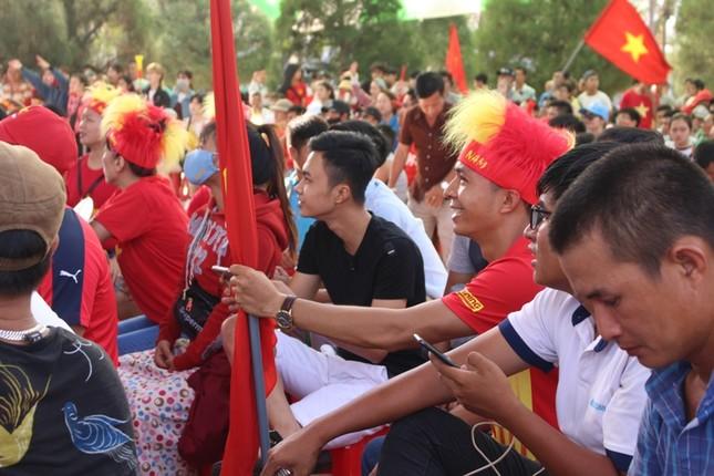 CĐV Đà Nẵng đội nắng cổ vũ Olympic Việt Nam ảnh 3
