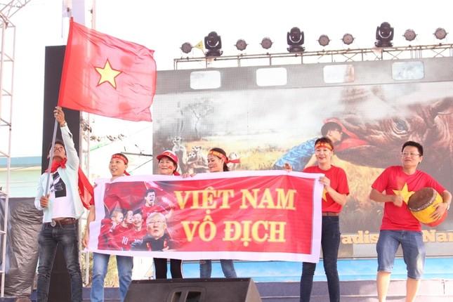 CĐV Đà Nẵng đội nắng cổ vũ Olympic Việt Nam ảnh 7