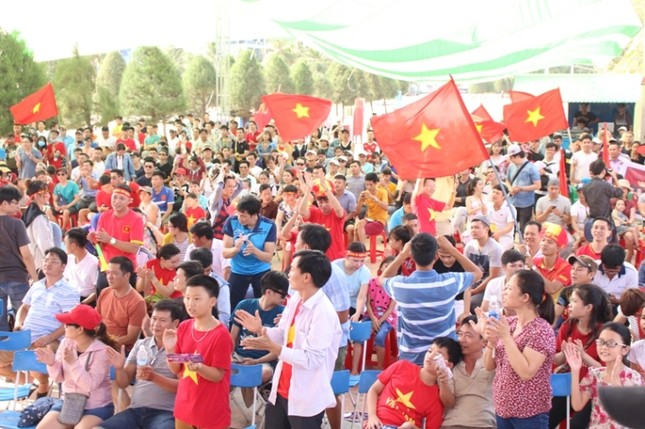 CĐV Đà Nẵng đội nắng cổ vũ Olympic Việt Nam ảnh 8
