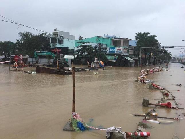 Mưa to xuyên đêm, sân bay Đà Nẵng bị 'bủa vây' trong biển nước ảnh 7