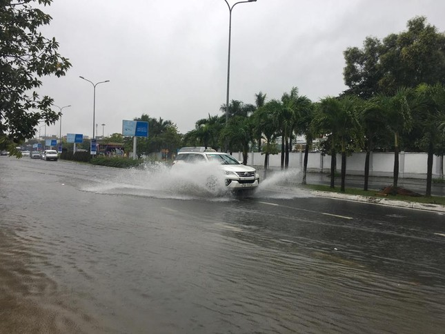 Mưa to xuyên đêm, sân bay Đà Nẵng bị 'bủa vây' trong biển nước ảnh 3
