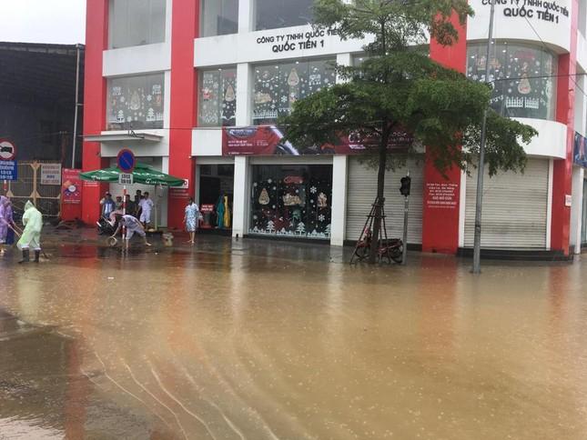 Mưa to xuyên đêm, sân bay Đà Nẵng bị 'bủa vây' trong biển nước ảnh 2