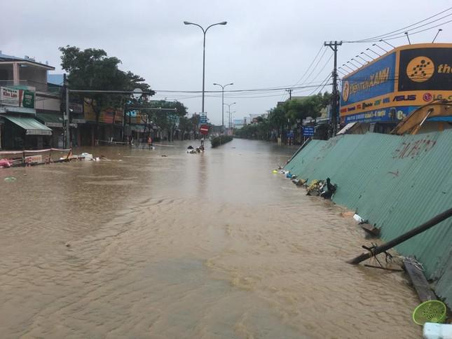 Mưa to xuyên đêm, sân bay Đà Nẵng bị 'bủa vây' trong biển nước ảnh 8