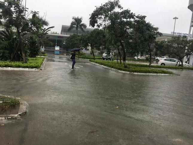 Mưa to xuyên đêm, sân bay Đà Nẵng bị 'bủa vây' trong biển nước ảnh 4