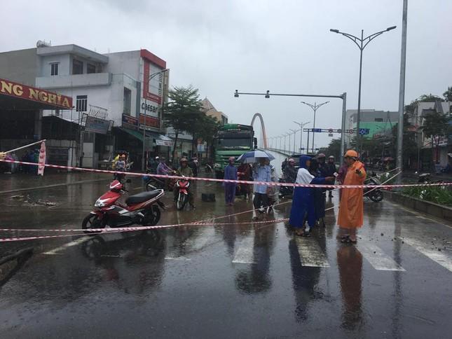 Mưa to xuyên đêm, sân bay Đà Nẵng bị 'bủa vây' trong biển nước ảnh 9