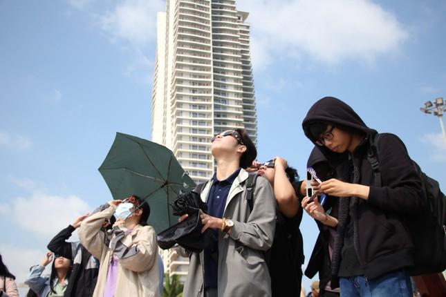 Giới trẻ Đà Nẵng 'đội nắng' ngắm nhật thực cuối cùng của thập kỉ ảnh 2