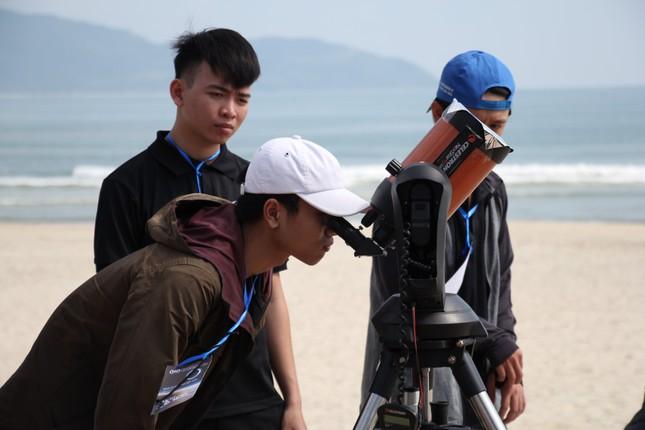 Giới trẻ Đà Nẵng 'đội nắng' ngắm nhật thực cuối cùng của thập kỉ ảnh 4
