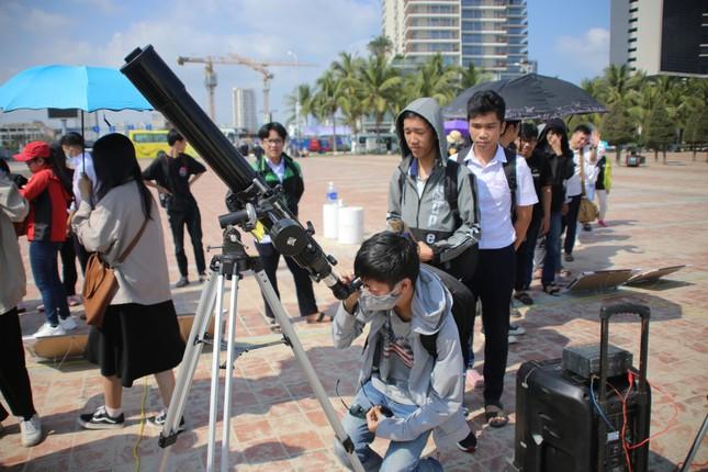 Giới trẻ Đà Nẵng 'đội nắng' ngắm nhật thực cuối cùng của thập kỉ ảnh 1