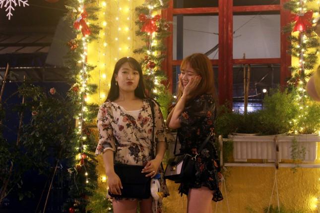 Người dân Đà Nẵng 'đội mưa' xuống phố đêm cuối năm ảnh 3