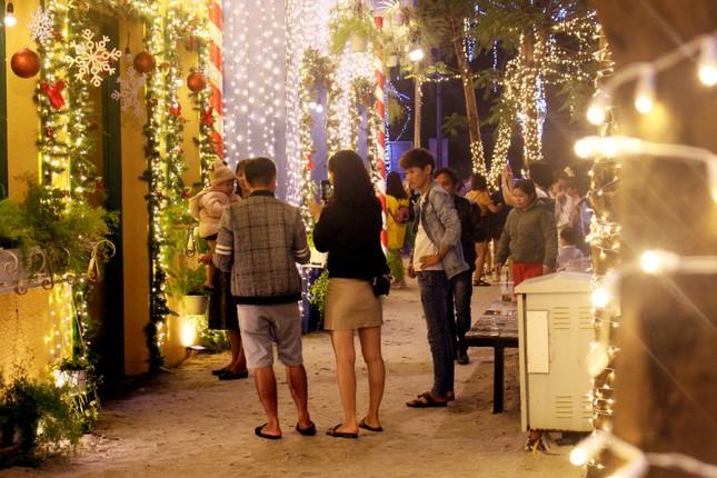 Người dân Đà Nẵng 'đội mưa' xuống phố đêm cuối năm ảnh 5