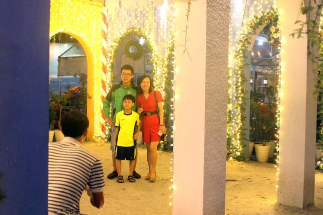 Người dân Đà Nẵng 'đội mưa' xuống phố đêm cuối năm ảnh 4