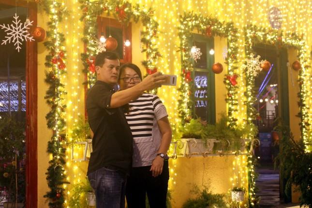 Người dân Đà Nẵng 'đội mưa' xuống phố đêm cuối năm ảnh 6