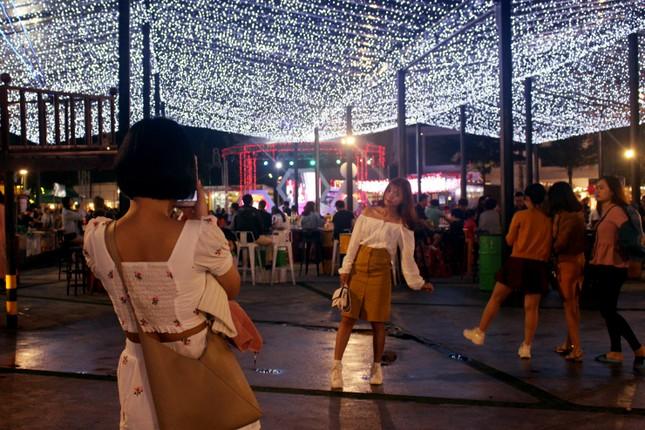 Người dân Đà Nẵng 'đội mưa' xuống phố đêm cuối năm ảnh 8