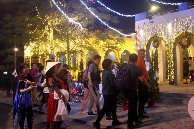 Người dân Đà Nẵng 'đội mưa' xuống phố đêm cuối năm ảnh 10