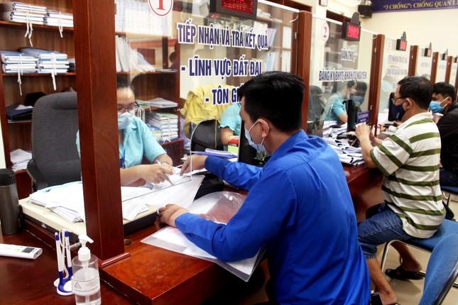 'Ship' dịch vụ hành chính đến tận nhà cho dân Đà Nẵng trong mùa dịch COVID-19 ảnh 2