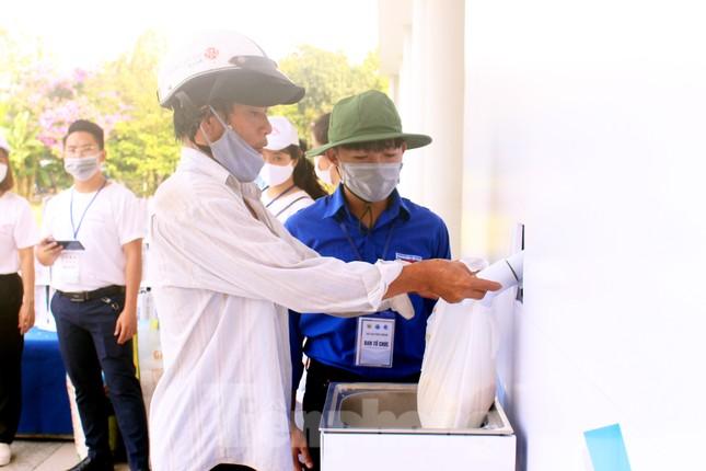 Người dân Đà Nẵng trật tự xếp hàng nhận gạo từ ATM gạo tự động ảnh 3
