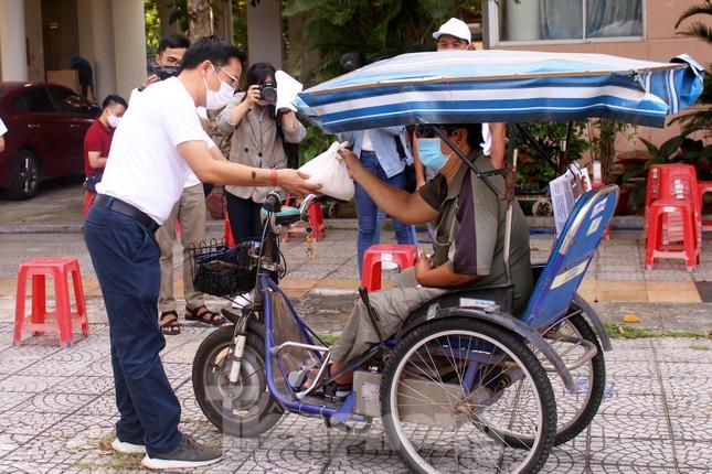 Người dân Đà Nẵng trật tự xếp hàng nhận gạo từ ATM gạo tự động ảnh 2