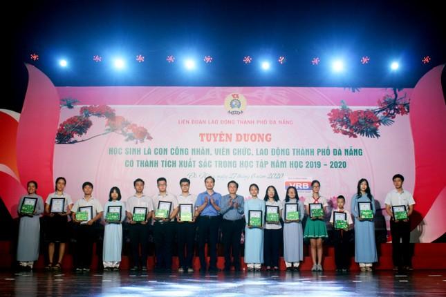 Trao học bổng cho 254 con em người lao động vượt khó học giỏi ảnh 1