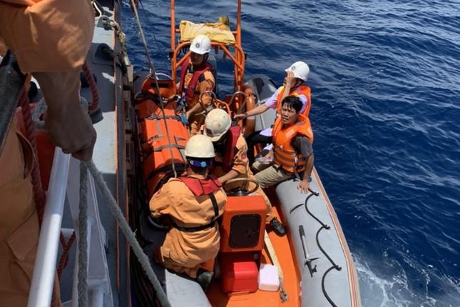 Cấp cứu thuyền viên bị nạn trên vùng biển Hoàng Sa ảnh 1