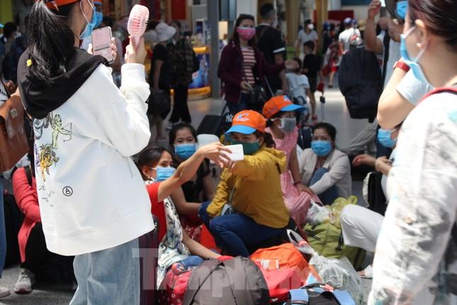 Hàng không tăng chuyến, tàu hỏa ghép toa để 'giải vây' 8 vạn khách ở Đà Nẵng ảnh 10