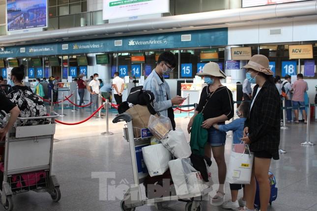 Hàng không tăng chuyến, tàu hỏa ghép toa để 'giải vây' 8 vạn khách ở Đà Nẵng ảnh 2
