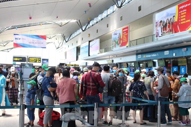Hàng không tăng chuyến, tàu hỏa ghép toa để 'giải vây' 8 vạn khách ở Đà Nẵng ảnh 1