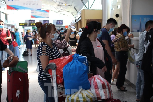 Hàng không tăng chuyến, tàu hỏa ghép toa để 'giải vây' 8 vạn khách ở Đà Nẵng ảnh 4