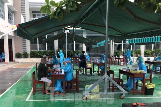 Người dân Đà Nẵng 'đội mưa' làm xét nghiệm COVID – 19 ảnh 1