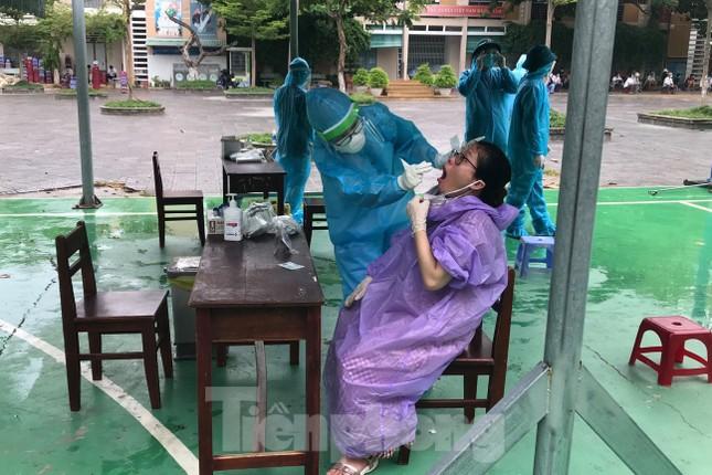 Người dân Đà Nẵng 'đội mưa' làm xét nghiệm COVID – 19 ảnh 2