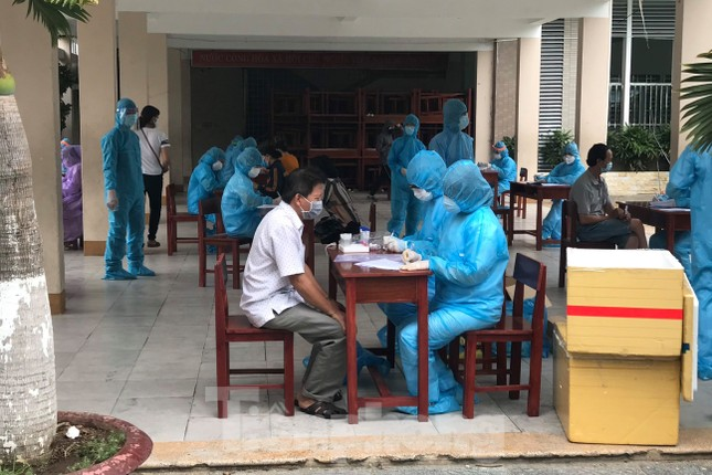 Người dân Đà Nẵng 'đội mưa' làm xét nghiệm COVID – 19 ảnh 3