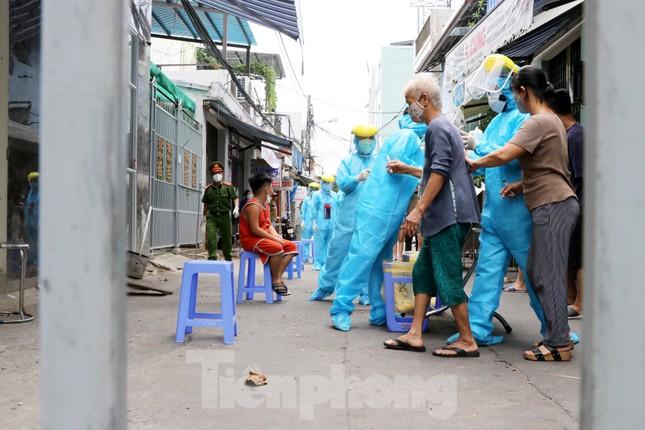 Xem các kíp xét nghiệm COVID-19 'làm hết công suất' lấy mẫu cho người dân Đà Nẵng ảnh 8