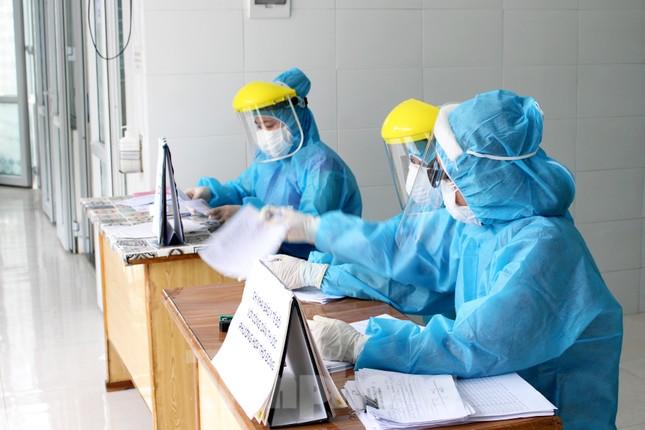 Xem các kíp xét nghiệm COVID-19 'làm hết công suất' lấy mẫu cho người dân Đà Nẵng ảnh 3