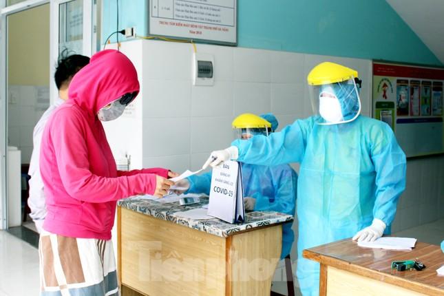 Xem các kíp xét nghiệm COVID-19 'làm hết công suất' lấy mẫu cho người dân Đà Nẵng ảnh 4